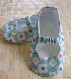 Girls Ugg Boots, Baby Boots, Baby Girl Shoes, Baby Shoes Pattern, Shoe Pattern, Diy Crafts For Girls, Baby Crafts, Baby Boy Quilt Patterns, Crochet Baby Booties