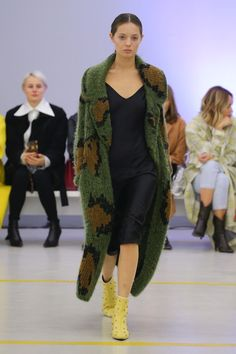 Lalo | Ready-to-Wear - Spring 2019  Military Inspired Camouflage Cardigan #CamoFashion #MilitaryFashion #MilitaryInspiredFashion #Knitwear #Cardigan #Sweater #FallFashion #WinterFashion #OutfitIdea Military Style Coats, Military Jacket, Military Fashion, Coats For Women, Vogue, Ready To Wear, Kimono Top, Spring Summer, Couture