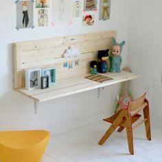 Un bureau fait avec une étagère