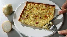 """Cebola, bacon e creme de leite sobre uma massa fina são o acompanhamento típico do federweisser, o """"vinho novo"""", disponível somente no outono alemão. Mas a simples torta de cebola pode cair bem em qualquer época do ano."""