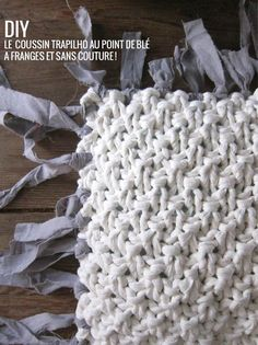 fabric yarn fringed cushion// Tricoter un coussin sans couture en trapilho (modèle & tuto) This could work for an afghan too Knitting Patterns Free, Free Knitting, Stitch Patterns, Crochet Patterns, Crochet Diy, Crochet Hats, Knitting Projects, Crochet Projects, Wool Embroidery