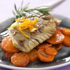 Épluchez les carottes et les couper en fines lamelles.Faites les revenir à la poêle avec 1 filet d'huile d'olive.Salez, poivrez et ajoutez le romarin haché.Couvrez et laissez cuire les carottes 15 min en mélangeant de temps à autre.Coupez les oranges en deux et pressez les.Poêlez les filets de lieu noir dans un filet d'huile d'olive.Salez et poivrez à votre goût.Versez le jus d'orange sur le poisson et laissez cuire à feu moyen.Le jus d'orange va s'évaporer et cara...