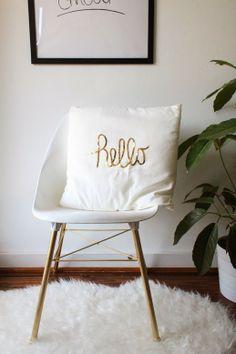 x4duros.com: DIY: Un cojín ikea decorado con la palabra hello en lentejuelas