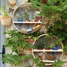DIY déco exterieure : des tamis transformés en étagères de jardin