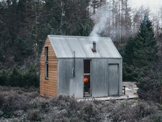 Prefab Cabin To Promote Creative Spark In Residents - Feel Desain Prefab Cabins, Tiny Cabins, Tiny House Cabin, Prefab Homes, Cabin Design, Tiny House Design, Bothy, Micro House, Cabins In The Woods