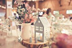 Tischdeko mit Baumscheiben bei der Vintage Hochzeit in der Scheune.   Foto: Viktor Schwenk Photographie