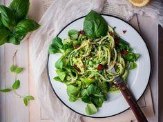 Kesäkurpitsaspagetti hernepestolla Pesto, Asparagus, Spinach, Vegetables, Cooking, Food, Kitchen, Studs, Essen