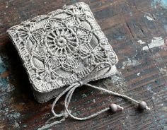 Un libro de pequeña aguja lino con detalles cuadrados de ganchillo abuela.  El libro de la aguja es forrado en lino. Las páginas interiores son de tela de lana de calidad.  Medidas aprox. 9 x 9 cm/3.5 x 3.5 pulgadas (cuando está cerrado).  Este libro es muy útil para organizar y guardar agujas y alfileres, también haría un regalo encantador.  Lugar Limpie según sea necesario. ¡Gracias por mirar