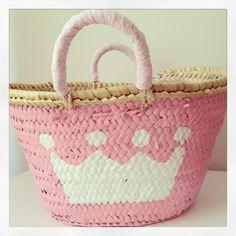 Capazo de niña para llevar a mano o para decorar. Lace Purse, My Little Girl, Hippie Chic, Handmade Bags, Chalk Paint, Decoupage, Straw Bag, Craft Projects, Pink
