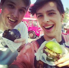 Youtubers, Hamburger, Celebrity, American, Ethnic Recipes, Food, Essen, Celebs, Burgers
