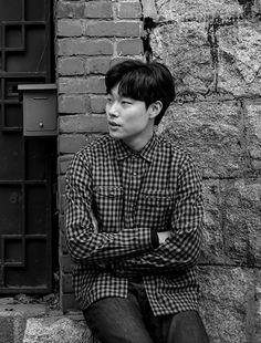 세 번째 오디션을  끝내고 <응팔>  제작진으로부터 합격  통보를 받았을 때,  류준열은 한동안 말을  잇지 못했다. 꽃보다 아름다운 청춘은 그렇게 만개했다. Korean Drama Movies, Korean Actors, Ryu Joon Yeol, Boy Models, Drama Korea, Girl Day, Prince Charming, Handsome Boys, Kdrama