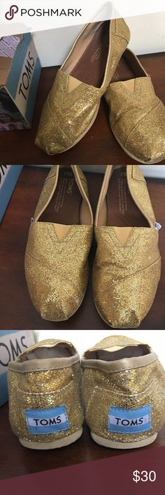 🌺🎀Gold Glitter TOMS Loafers🌺🎀 🌺🎀TOMS gold glitter loafers are in good condition and gently used ready to wear..🌺🎀 TOMS Shoes Flats & Loafers