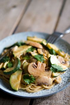 Asiatische Erdnuss-Nudeln mit Zucchini und Champignons – Blueberry Vegan