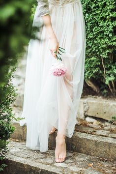 The bride is looking forward to shooting a wedding photo, hoping to leave her most beautiful look, so how can I show the best side in front of the camera? Let's take a look at Read more… Wedding Boudoir, Wedding Beach, Rustic Wedding, Fashion Photography Inspiration, Bridal Robes, Style Vintage, Sheer Dress, Vintage Dresses, Wedding Photography