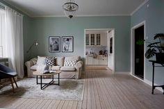 гостиная диван деревянный пол ковер столик