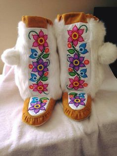 South American Art, American Pride, Native American Art, Beading Ideas, Beading Patterns, Beaded Moccasins, Bead Sewing, Native Design, Cowboys And Indians