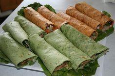 Las proporciones de esta receta son para 4 personas.Ingredientes: Para los wraps verdes: 1 kg. de espinacas frescas envasadas o 1 kg. de acelgas sin las pencas 4 claras de huevo *aceite de oliva virgen extrapimienta negrasalPara los wraps rojos:1 bote de garbanzos cocidos 4 tomates maduros medianospimentón dulcepimientaaceite de oliva virgen extrasalPreparación wraps verdes:Lavar si es necesario ...