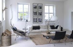 Flag halyard easy chair by Hans J. Wegner fron PP Møbler and PK22 easy chair by Poul Kjærholm from Fritz Hansen | Bolig med lækker shakerstil | Mad & Bolig