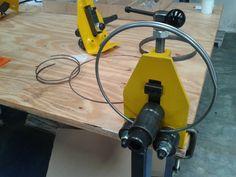 Discover thousands of images about mini calandra manual para arames, pequenos tubos e barras Metal Bending Tools, Metal Working Tools, Metal Tools, Metal Projects, Welding Projects, Home Tools, Diy Tools, Sheet Metal Brake, Ring Roller