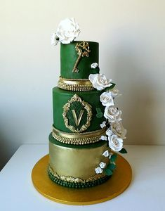 Wedding cakes in color became usual nowadays. this one has fondant cover. Satin ice flower paste flowers and golden dust. Golden layers in between of tiers are simply dummies.