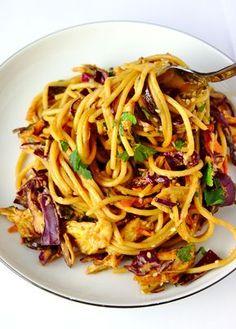 Makaron z kurczakiem po tajsku z sosem słodko-pikantnym | Słodkie Gotowanie