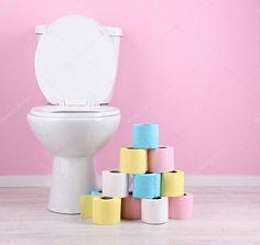 Белый унитаз и красочные рулонов туалетной бумаги, в ванной комнате