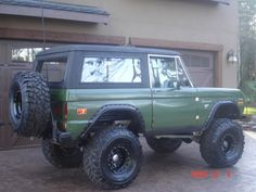 green bronco - good looking color with the black wheels Old Ford Bronco, Bronco Truck, Early Bronco, Classic Bronco, Classic Ford Broncos, Classic Trucks, Ford 4x4, Auto Ford, Broncos Pictures