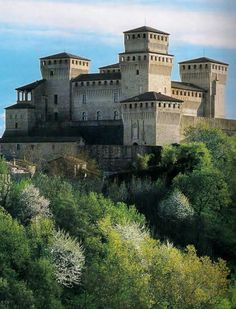 Rocca Castello di Torrechiara ~ The castle is in the hills of Torrechiara Torrechiara , near Langhirano, about 18 km from Parma. Romanesque Architecture, Ancient Architecture, Renaissance Architecture, Renaissance Art, Beautiful Castles, Beautiful Buildings, Places To Travel, Places To See, Palaces