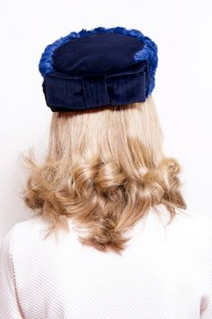 Forth - Winter Blue Pillbox Hat made with velvet and faux fur and finished with a velvet bow by Palomilla on Etsy // Forth - Tocado Pillbox Azul Marino realizado con terciopelo y falso pelaje, rematado con un lazo por Palomilla en Etsty