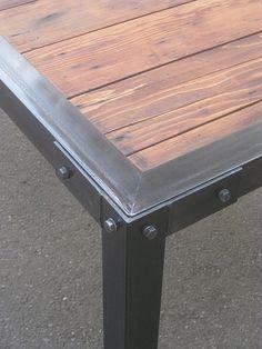 mesa de metal con inserciones de madera