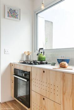Decoração leve em um apartamento com muito branco, madeira clarinha e plantas. Veja e inspire-se com essa dose de minimalismo. Quirky Home Decor, Home Decor Kitchen, Diy Kitchen, Kitchen Interior, Sweet Home Alabama, Plywood Kitchen, Kitchen Upgrades, Cuisines Design, Interior Exterior