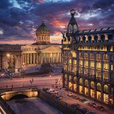 Kazan cathedral and the Singer house, Saint-Petersburg // Казанский собор и здание дома Зингера Photo by @smelov.photo #mypeterburg #spb #piter #saintpetersburg #санктпетербург #russia #зима