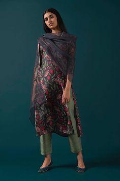 indien/pakistan 10 fashionable salwar suits that you can make from sari # Pakistani Dress Design, Pakistani Outfits, Kurta Designs, Indian Attire, Indian Ethnic Wear, Indian Wedding Outfits, Indian Outfits, Ethnic Fashion, Indian Fashion