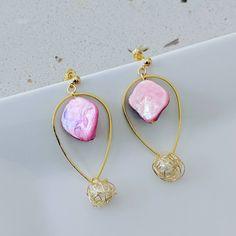 Unique pink seashell with wirewrap pearl, Handmade, Mermaid earring by BemineTreasures on Etsy Jewellery Earrings, Drop Earrings, Girl Blog, Earrings Handmade, Sea Shells, Mermaid, Butterfly Gold, Pendant Necklace, Pearls