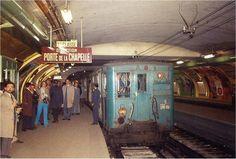 Station Vaugirard, vers 1970 (?), la rame de métro attend quelques secondes pour le photographe avant de repartir direction Porte de la Chapelle..