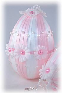 Pink and White Daisy Easter Egg Ornament Egg Crafts, Easter Crafts, Spring Crafts, Holiday Crafts, Pink Christmas, Christmas Ornaments, Diy Ostern, Easter Projects, Egg Art