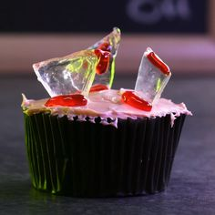 Broken Glass Cupcakes - Check out this creative cake! Halloween Desserts, Halloween Food For Party, Halloween Treats, Halloween Cupcakes, Cake Decorating Videos, Cake Decorating Techniques, Creative Cakes, Creative Food, Fall Recipes
