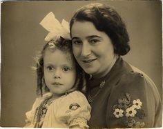 Celine (Lineke) de Vries, geboren 15 november 1936 in Amsterdam, met haar moeder Eva de Vries-Gans.