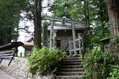 長野市鬼無里に建つ春日神社です。-Kasuga Jinja (Nagano City,Nagano)- 鬼無里は天武天皇がここに皇居を移す遷都の計画を立てたといわれている場所です。謂われがいくつか残っているのですが、こちらの神社は計画の地検分の際に創建されたそうです。地名も「西京」です。 こちらの本殿は江戸時代1790年に建てられたもので、三間社という横に長い様式です。