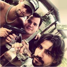 Munhoz e Mariano postam foto com bebidas e armas