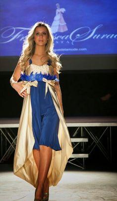 Abito da cerimonia in crepe di seta blu , raso oro con corpetto ricamato a mano con punti luce è una creazione della stilista Francesca Surace