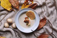 Velouté aux champignons, lard fumé et tuile au parmesan