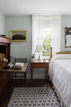 Cosy Home Interior Craftsman Home Interiors, Craftsman Interior, Antique Interior, House Interiors, Cosy Home, Home Bedroom, Cottage Bedroom Decor, Warm Bedroom, Bedroom Inspo