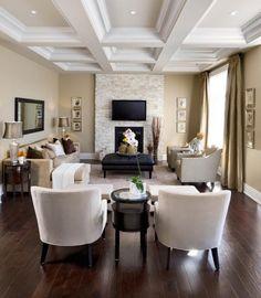 un canapé et des rideaux en beige et un revêtement de sol en bois sombre