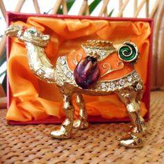 Handgefertigte Schmuckbox Kamel  Metall & Strass-Steine  ca. 70 x 90 mm  Dieses Sammlerstück ist sorgfältig aus Metall gefertigt, handemailliert und mit Kristallen bestückt.   #Handgefertigt #Schmuckbox #Kamel #camel #Sammlerstück #Schmuckschatulle #jewelrybox #handmade #strass #strasssteine #crystal #rhinestones #emailliert #enamelled #Geschenk #Geschenkidee #gift #Geburtstag #Valentinstag #Muttertag #Hochzeitstag #Hochzeit #Weihnachten #collecting #schmuckkamel #deko #deco #freudeschenken Different Types Of Acne, 25 Wedding Anniversary Gifts, Fly Repellant, Dating Divas, Black Rings, Simple Weddings, Four Seasons, Joy, Christmas Ornaments