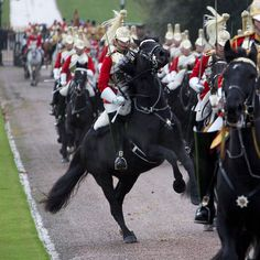 Queen welcomes Amir of Kuwait to Windsor Castle with pomp and ceremony British Army Uniform, Men In Uniform, Royal Horse Artillery, Queens Guard, Equestrian Statue, British Armed Forces, Royal Guard, Windsor Castle, Horse Riding