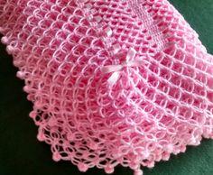 Manta para bebê crochê com babado e detalhes em fitas de cetim, confeccionada com lã especial macia ( Super Bebê).  Tamanho: 95 x 95 cm  Podendo ser confeccionada em outras cores.