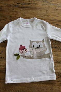 Liebevoll und aufwändig gestaltetes Langarmshirt aus reiner Baumwolle in weiß.  Ein Spatz mit Bommelmütze und eine Eule mit Sternchenschal eröffnen...
