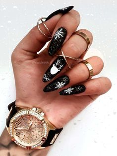 Here are some cute winter nail designs between black and silver glitter nails, black and gold glitter nails, and black marble nails designs. Black Almond Nails, Black Nails With Glitter, Almond Nail Art, Christmas Gel Nails, Holiday Nails, Perfect Nails, Gorgeous Nails, Stylish Nails, Trendy Nails