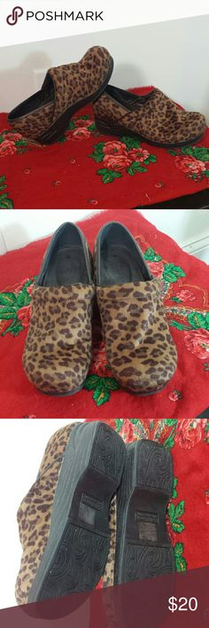 REDUCED PRICE! Croft & Barrow leopard print clogs These put the FUN in FUNctional! Actually fuzzy leopard clogs! Perfect for someone who works on their feet a lot or someone who just wants cool shoes! Pre loved - but very minimal wear. croft & barrow Shoes Mules & Clogs